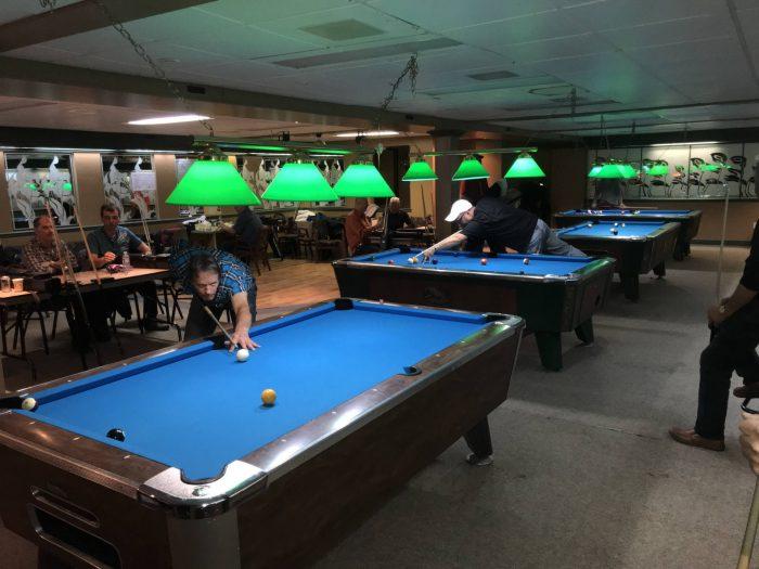 Des joueurs de billards jouant sur les tables de l'hôtel Le Martinet